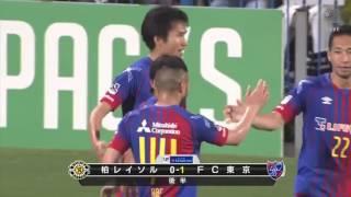 前田 遼一(FC東京)が右からのクロスに反応し、ヘディングシュートを流...