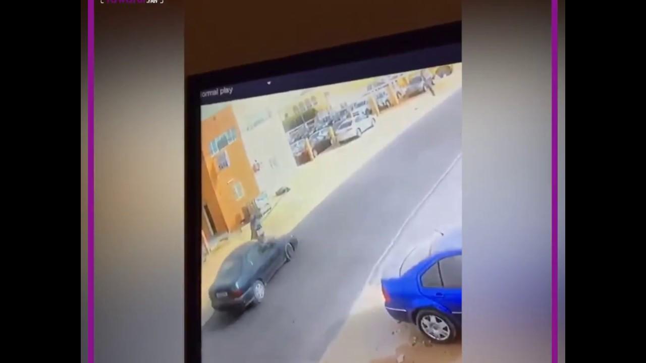 شاهد فيديو لإحدى كاميرات المراقبة يوثق  لحظة اختطاف لصوص يستقلون سيارة لحقيبة امرأة