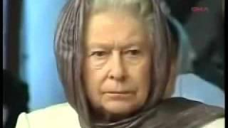الملكة اليزابيث وهى تستمع الى تلاوة قرانية