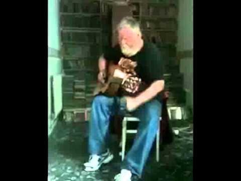 Niecierpliwy dziadek uczy się gry na gitarze