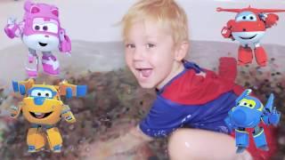 Banho de ORBEEZ 🛁  SUPER WINGS BRINQUEDOS ✈️  Super Homem Surpresas Infantil Português