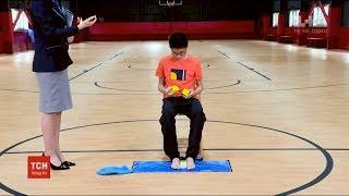 Китайський хлопчина склав одночасно три кубика Рубіка за 96 секунд