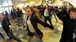 Танцевальный флэшмоб в торговом центре