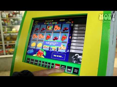 Игровой автомат в подземном переходе у цирка