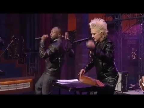 Wyclef Jean & Cyndi Lauper - Slumdog Millionaire ( Live At David Letterman )
