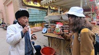 到新疆喀什老城的大巴扎买干果,整条街都是干果当铺,我们问了好几家店...