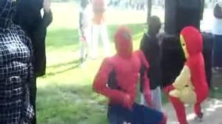 el hombre araña batman iron man venon bailando y deceando un buen cumple años
