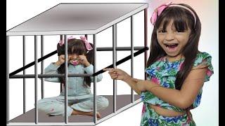 Julia finge ter uma irmã bebê ★ شفا دخلت البيبي السجن !
