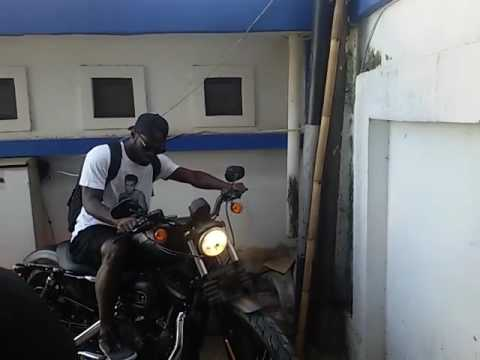 Michael Essien Kendarai Harley Davidson ke Tempat Latihan