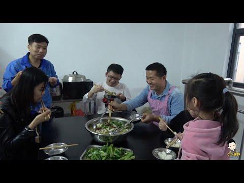 7斤重的大草魚,村長下廚校長幫忙打下手,上班之餘還能學廚藝