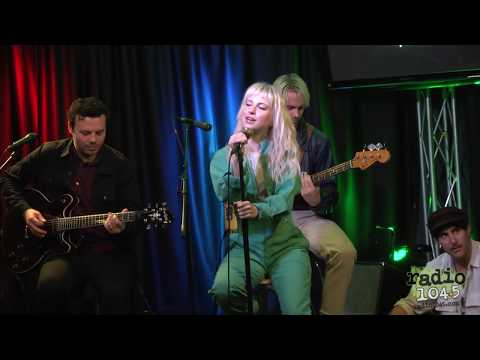 "Paramore ""Caught In The Middle"" Live Performance"