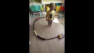 Открываем железную дорогу/ Видео про паровоз/Интересное видео для детей(Всем привет ♥ Сегодня мы с Женькой запускаем первый раз наш поезд. У него много разных вагончиков, он свети..., 2016-05-14T14:31:03.000Z)