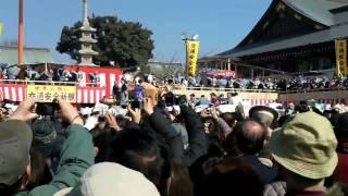 大阪府寝屋川市の成田山不動尊の節分祭です。 「境内には鬼はいない」と...