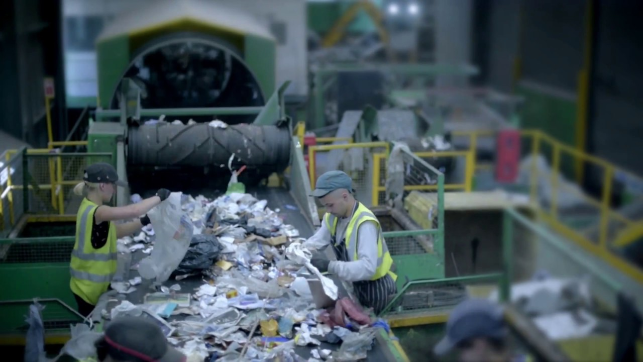 The UK's first AI waste sorting robot - Green Recycling - YouTube