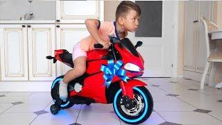 سينيا يركب دراجة صغيرة ويلعب ماكينات القمار للأطفال.