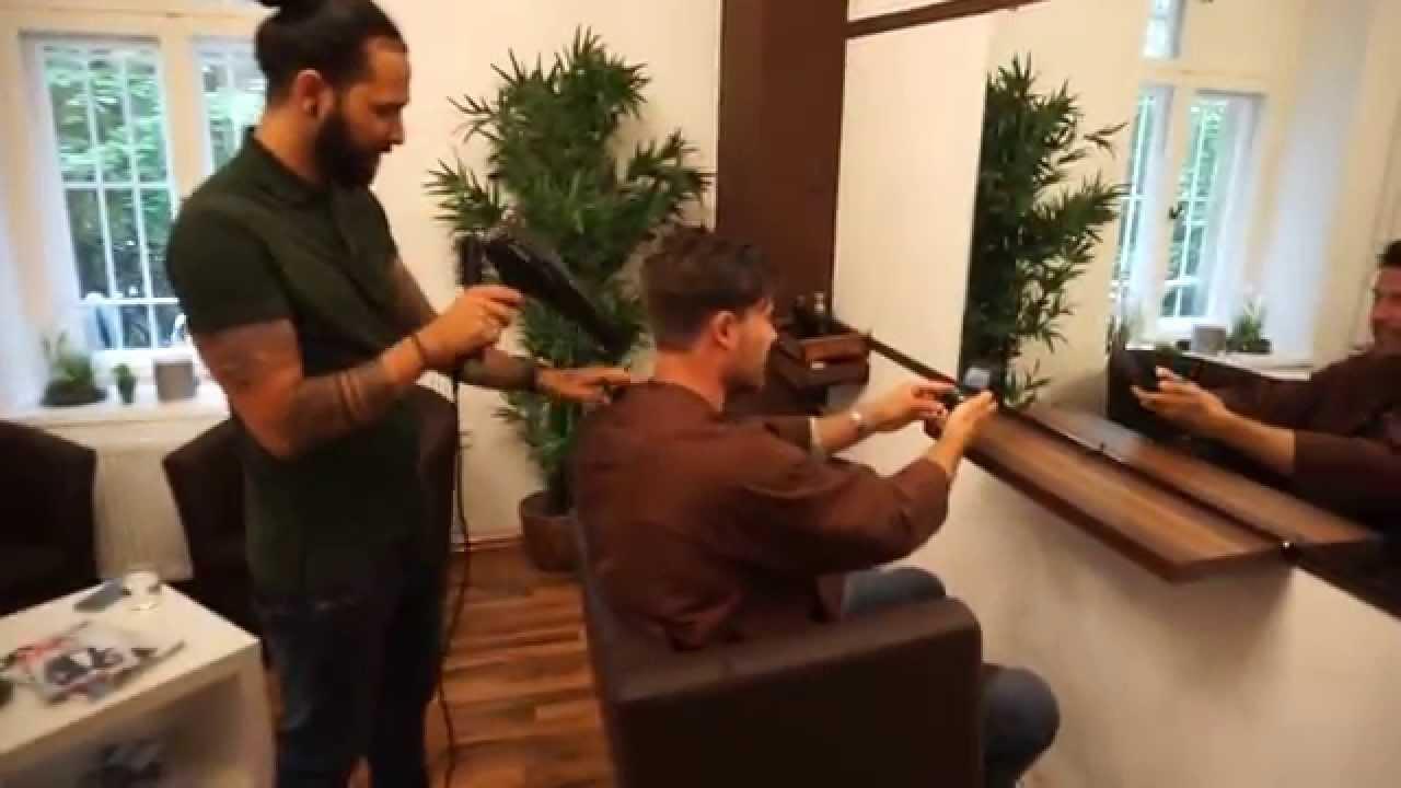 Besuch Beim Friseur Männer Haarschnitt Undercut Und Styling