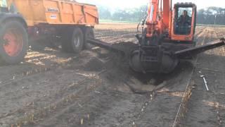 sloot graven met Doosan 140 LX rups en talud bak