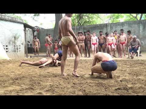Kukshtiwrestling : USA wrestler plays with Indian boys