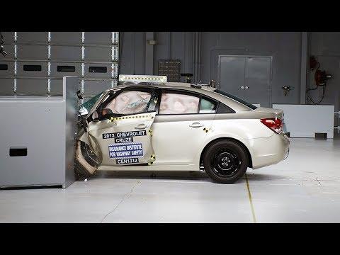 2013 Chevrolet Cruze driver-side small overlap IIHS crash test