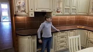 115. Обзор кухни от мальчика в серой кофте