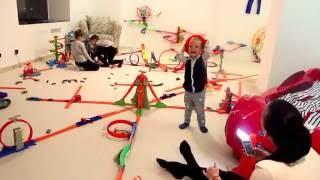 американская игротека - Дети играют в Хот Вилс и Лего Дупло