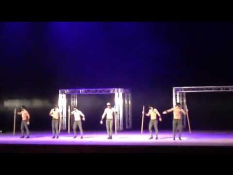 Испанские мужчины танцуют))) с завязанными глазами
