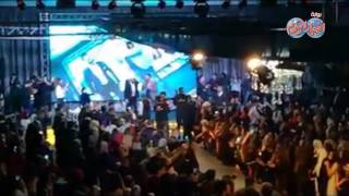 أخبار اليوم | شاب مغربي يغني مع تامر حسني بمهرجان نورتى وينول إعجاب الجمهور