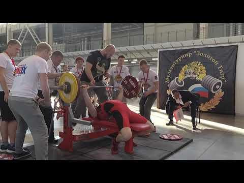 160 кг. Мировой рекорд по жиму лежа без экипировки среди юношей 13-15 лет.