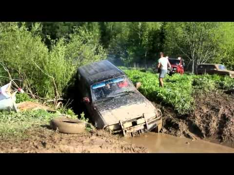 Toyota Land cruiser vs Niva in deep mud
