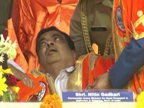 Cantral Minister Nitin Gadkari un-concision on stage in Maharashtra