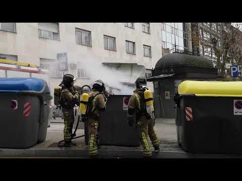 Los bomberos apagan un contenedor en llamas en el centro de Ourense