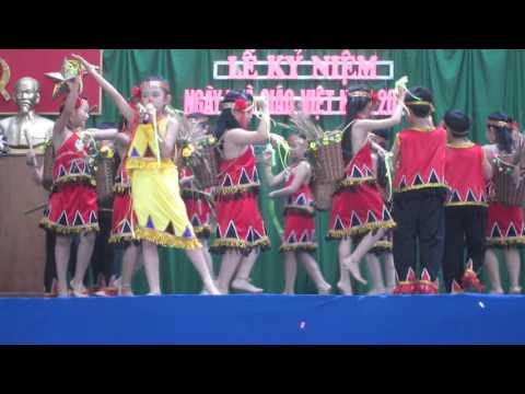 Mái trường Tây Nguyên. Con gái múa mừng ngày 20/11/2015