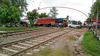 Gateman in Huge Trouble! Vehicles stucked inside railway crossing & suddenly a highspeed train comes