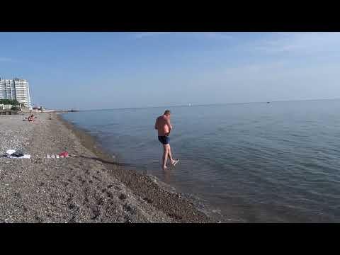 """Загорелые отдыхающие, дети купаются в море. Пляж """"Морская звезда"""" в Лазаревском, май 2019"""