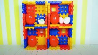 Cinco Crianças brincam com ovos surpresa