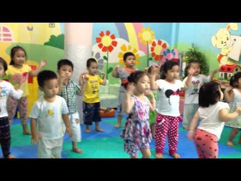 Thể dục nhịp điệu lớp nhà trẻ mầm non Hoa Phượng Đỏ
