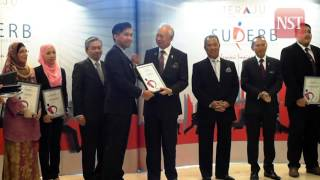 Najib presents Skim Usahawan Permulaan Bumiputera (Superb) to successful candidates