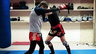 Тайский бокс Обучение - Нокаутирующая атака со смещением(В этом видео по Тайскому боксу Обучение, ты увидишь очень интересную и нокаутирующую атаку со смещением...., 2013-12-23T05:03:24.000Z)