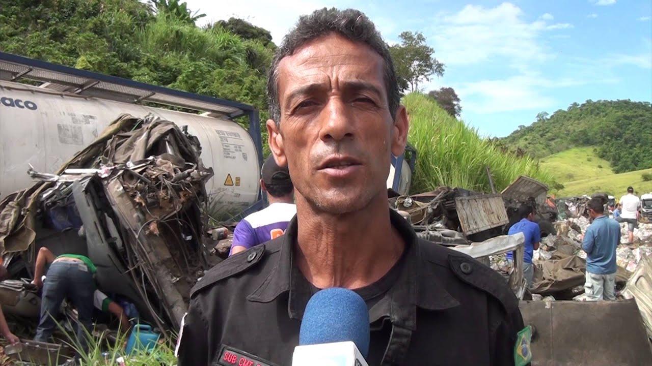 TRAGÉDIA NA ESTRADA  MOTORISTA MORRE APÓS GRAVE ACIDENTE ENVOLVENDO DUAS CARRETAS E UM CARRO DE PASS