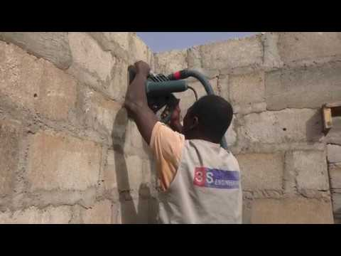 building in ghana worker uses Bosch GNF 35 ca wall chaser / Mauernutfräse for the first time