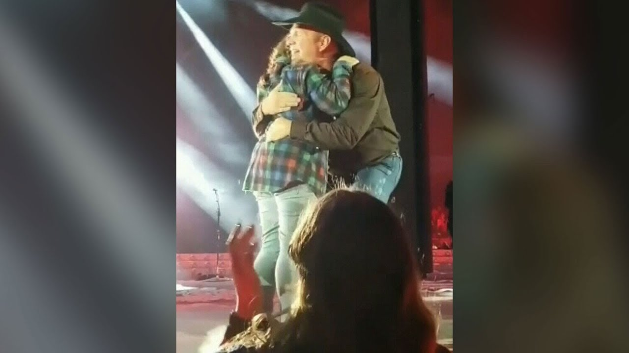 Garth Brooks has special moment with young Regina fan on stage