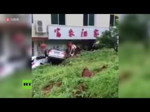 Un pezzo di montagna frana in diretta, scoppia il panico | VIDEO Virali