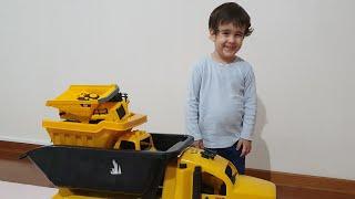 Berat Kamyonları Üst Üste Koyup Gezdirdi. Playing with Trucks For Kids