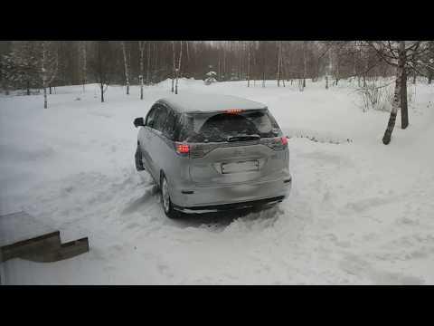 Toyota Estima Hybrid сквозь сугробы 4WD