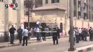 شرطي يتسلق سلم خشبي لتمشيط موقع انفجار جامعة القاهرة