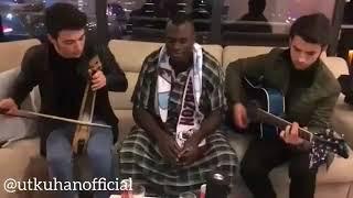 Zargo Toue, 'Biz dar sokaklarında' bestesini söylüyor