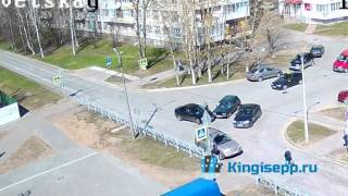 Веб-камера зафиксировала ДТП у кингисеппской почты: ВАЗ сбил Митсубиси. KINGISEPP.RU