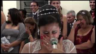 Noivo erra o discurso e quase mata a noiva de rir