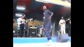 King Kester Emeneya nous demontre Comment Danser KIWANZENZA et TSHAKU LIBONDANSE