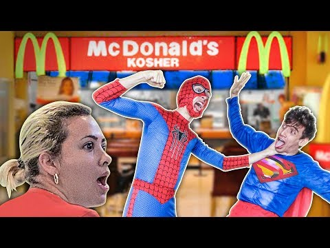BATALLA de SUPER HÉROES en Mc Donald's (Bromas en la calle) Spiderman vs Superman vs Hulk